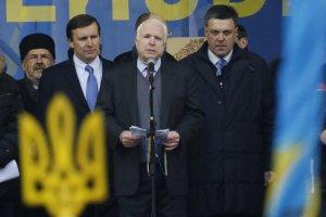 Neo-Nazi Svoboda leader Oleh Tyahnybok right of Senator McCain